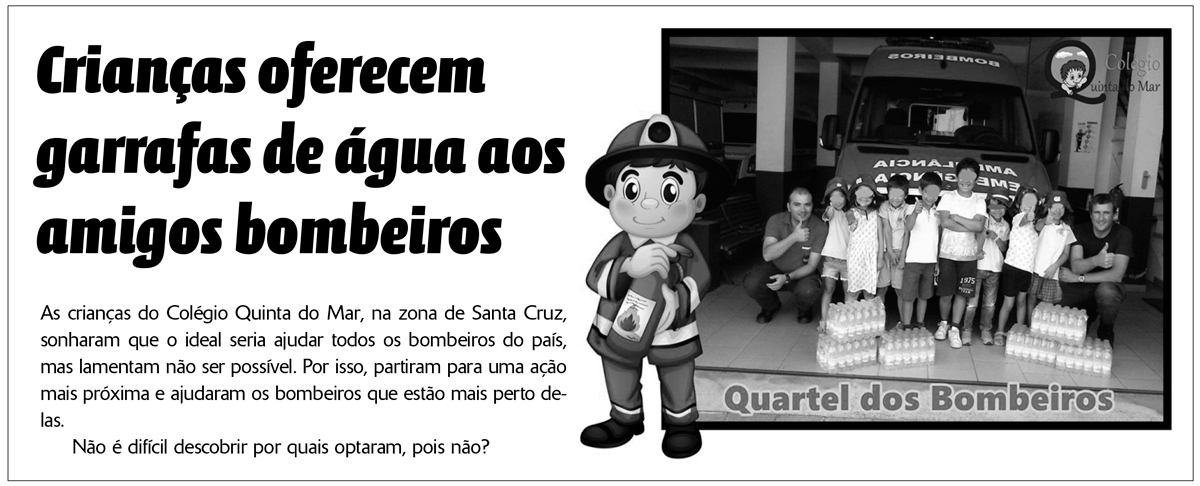Crianças oferecem garrafas de água aos amigos bombeiros